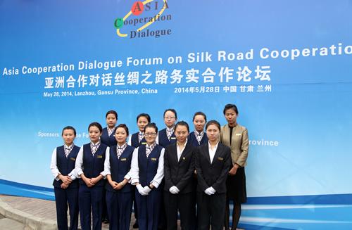 """参加""""亚洲合作对话丝绸之路务实合作论坛""""会议接待的外语志愿者"""